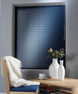 Venetian blind in black aluminium metal